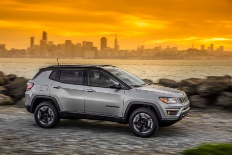 2017-Jeep-Compass-Trailhawk-side-in-motion